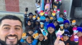 """الأستاذ المثالي """"هشام الفقيه"""" يطلق حملة جمع التبرعات لشراء ملابس شتوية وأجهزة تدفئة للتلاميذ"""