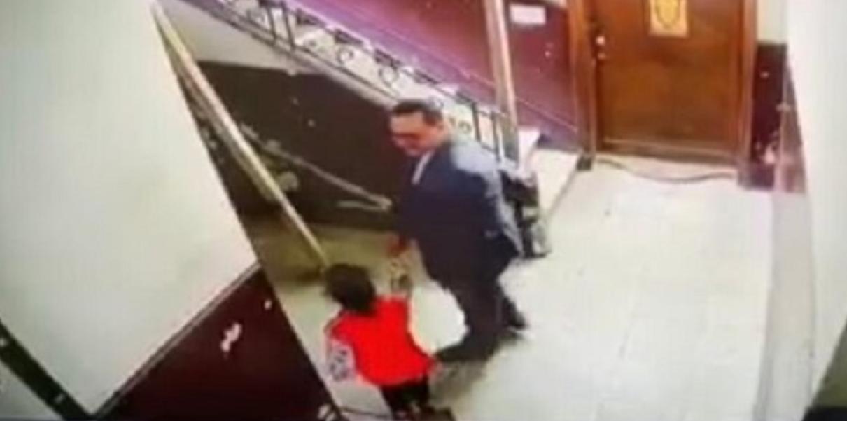 فيديو لرجل يتحـ.ـرش بطفلة يخلق ضجة كبيرة.. والكاميرا شداتو !